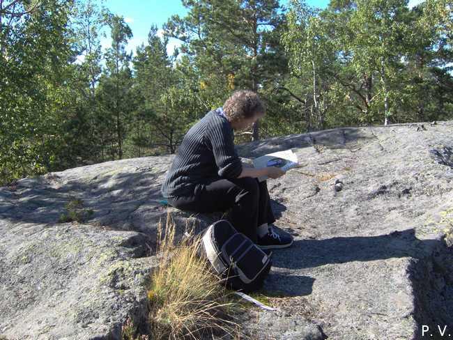 Läsestund uppe vid Tornberget. Vill du se fler foton från området, klicka på bilden.